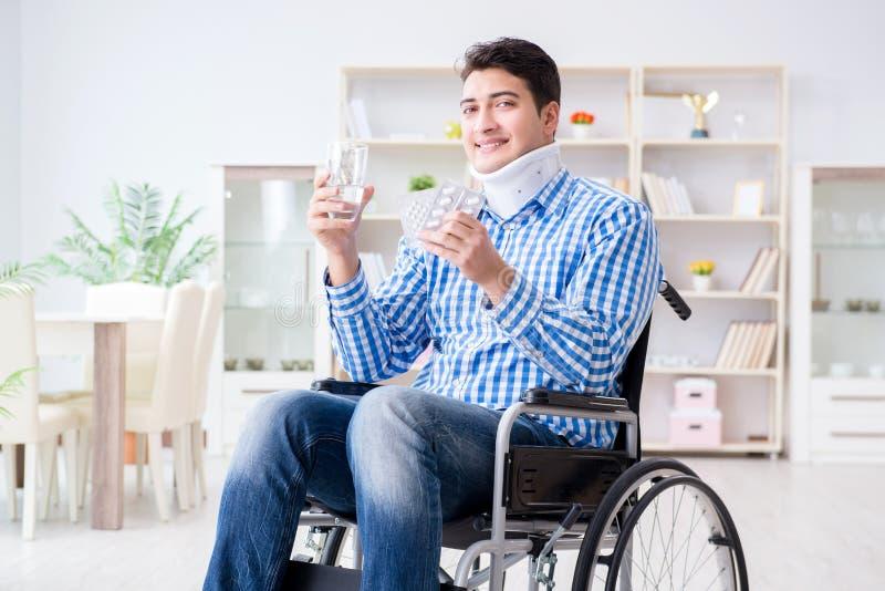 Lidandet för ung man från skada på rullstolen hemma royaltyfria foton