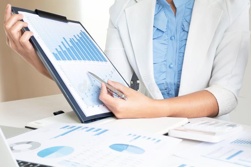 Lider biznesu kobiety dyskutuje mapy pokazuje rezultaty wykresy i obrazy stock