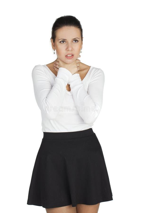 Lider den unga kvinnan för brunetten från den öm halsen Alla på vitbaksida royaltyfri bild
