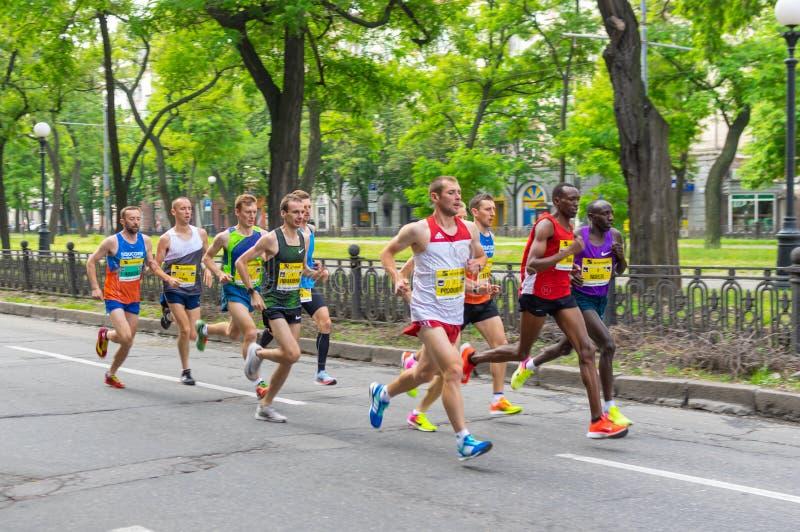Lider grupa uczestnicy biega na Dmytra Yavornitskoho alei podczas Interipe Dnipro Przyrodniej Maratońskiej rasy zdjęcia royalty free