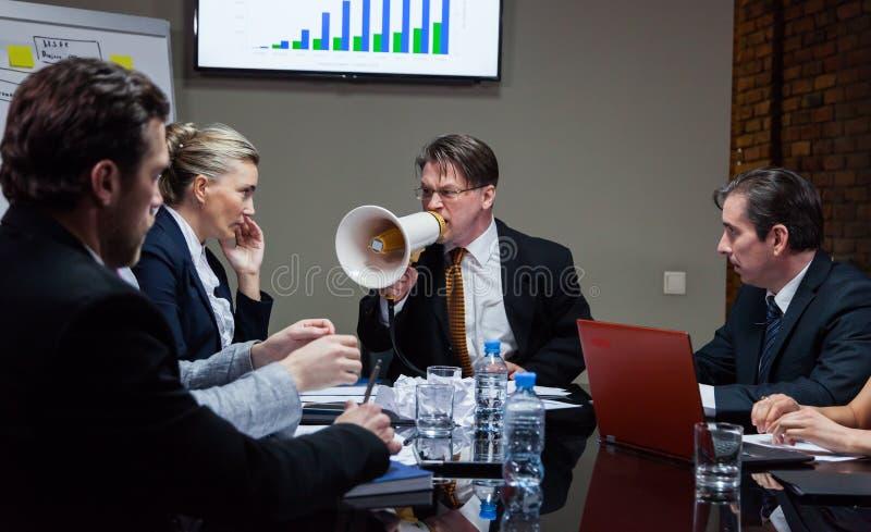 Lider krzyczy przy ludźmi w biurze zdjęcie royalty free