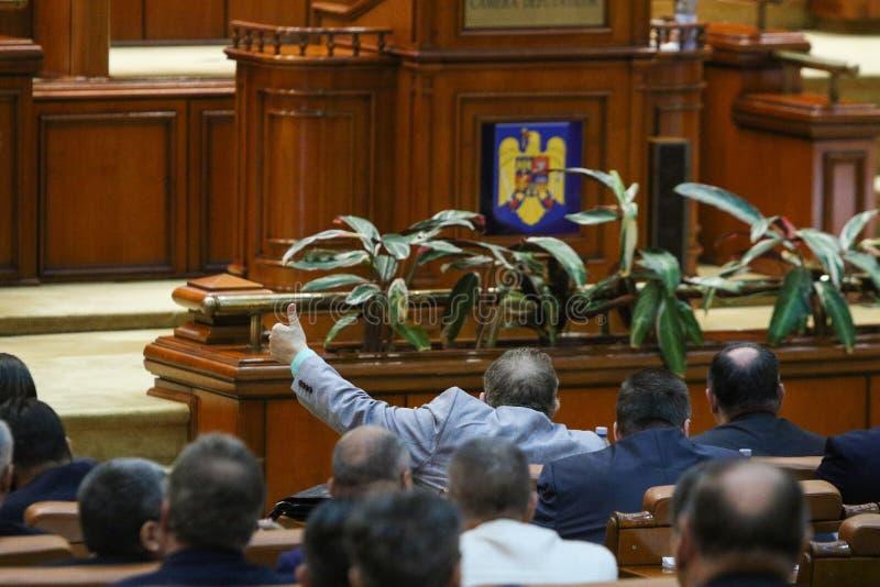 Lider van een parlementaire groepssignalen aan zijn coleagues royalty-vrije stock afbeeldingen