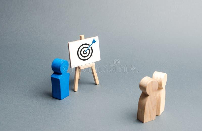 Lider wyjaśnia pracownik taktyki reklamy celować Trenować, informuje Rewizji strategie dla wydajnej reklamy fotografia stock