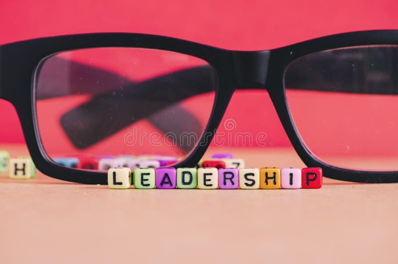 Liderança e conceito da gestão Cubo da palavra da liderança sobre o vermelho fotografia de stock royalty free