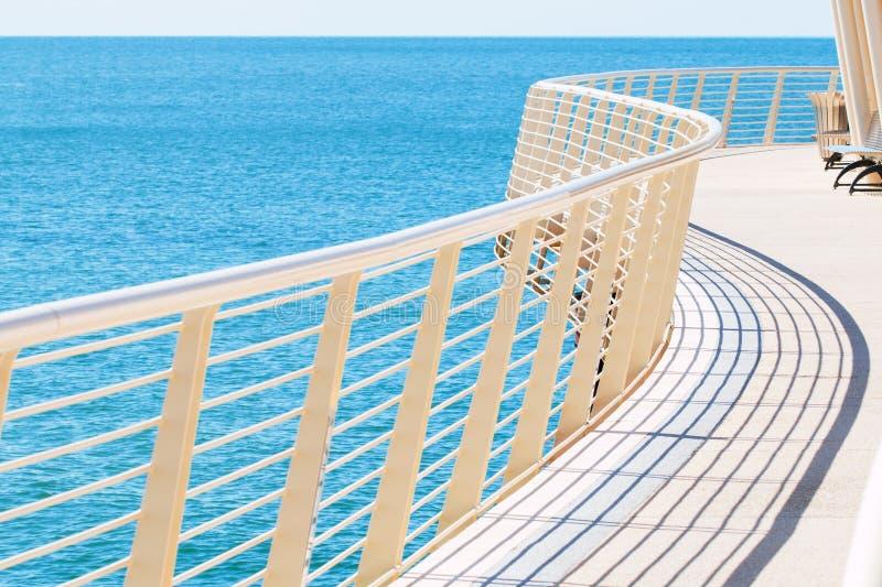 Lido二卡马伊奥雷的码头弯曲的金属栏杆  库存照片