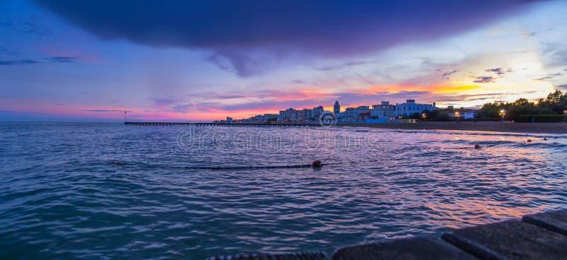 """Lido二在从码头的日落â€的耶索洛海滩""""美好的全景向有传神天空和云彩的海 图库摄影"""