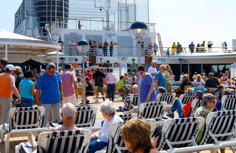 Lido甲板如德丹号荷美邮轮巡航充满乘客 免版税图库摄影