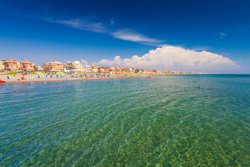 Lido Di Ostia, ITALIË - September 14, 2016: Zwemmende en ontspannende mensen op mooi strandlido Di Ostia Lido Di Rome, pri royalty-vrije stock afbeeldingen