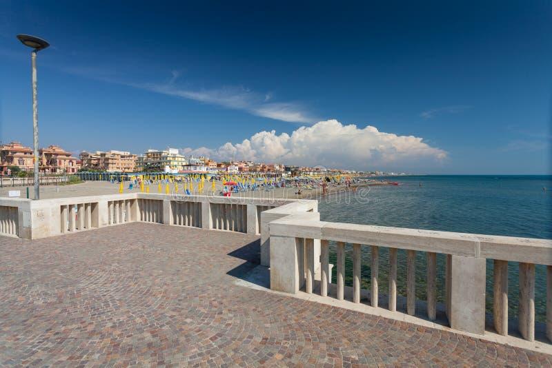 Lido di Ostia, ITALIA - 14 de septiembre de 2016: Opinión sobre la playa privada Battistini y el embarcadero Pontile Di Ostia cer fotos de archivo libres de regalías