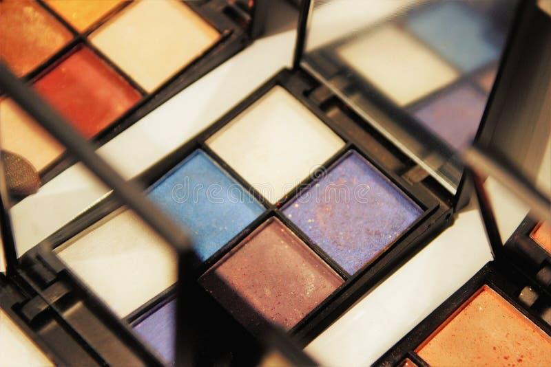Lidschatten auf dem Geschäftsfenster, den Farbkombinationen, den gammaFashionable warmen und kalten Farben, selektiver Fokus lizenzfreie stockfotos