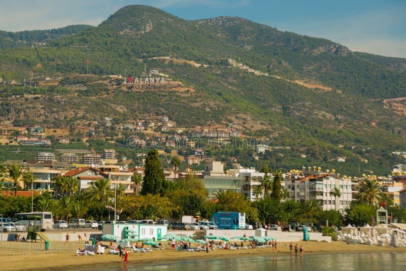 Liebe Alanya der Aufschrift I Landschaft mit Ansichten der Stadt, der Hügel und des Strandes Alanya, Antalya-Bezirk, die Türkei,  stockfotos