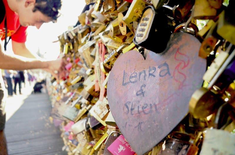 Liebe auf der Brücke lizenzfreies stockbild