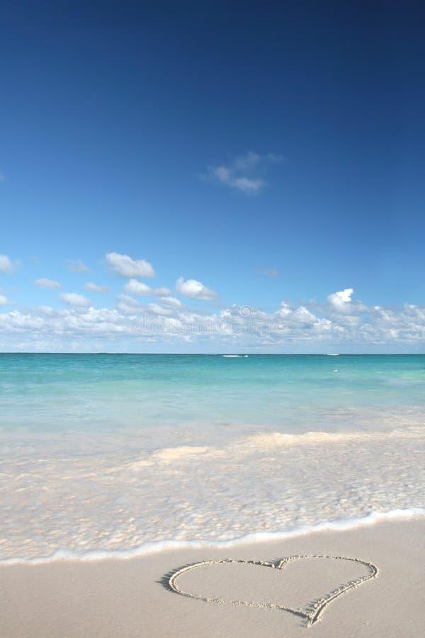 Liebe: Inneres auf Sand-Strand, tropischer Ozean lizenzfreie stockfotos
