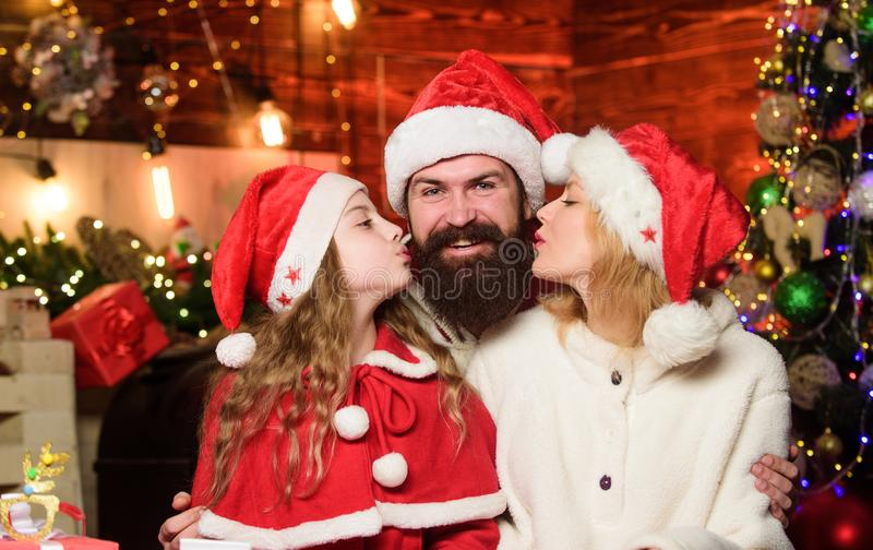 Liebe und Freundlichkeit Die engsten Menschen betreuen Zusammengehörigkeitskonzept Weihnachtskostüm mit Familienfeier lizenzfreie stockfotos
