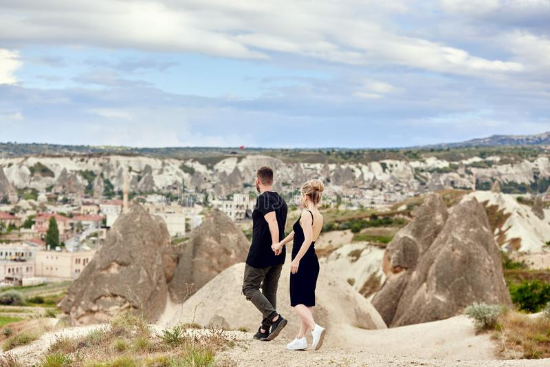 Liebe und Gefühle, welche die Paare stillstehen in der Türkei lieben In der Liebe umarmt Ostpaar in den Bergen von Cappadocia und stockfoto