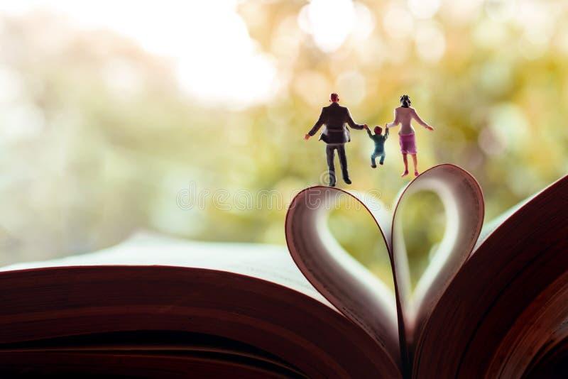 Liebe und glückliche Familie Arbeitsleben-Balancenkonzept Miniatur des Vater-, Mutter- und Sohnhändchenhaltens und des Gehens in  lizenzfreies stockfoto