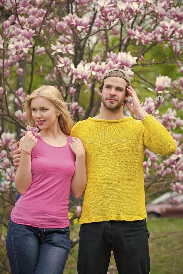 Liebe und Romantik, Verhältnis Paare in der Liebe in blühender Blume, Frühling lizenzfreie stockfotografie