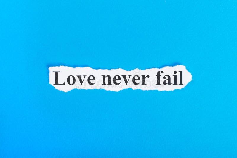 Liebe verlassen nie Text auf Papier Wort-Liebe fallen nie auf heftigem Papier aus Figürchen, die auf dem Recht und dem Rest auf e lizenzfreies stockfoto