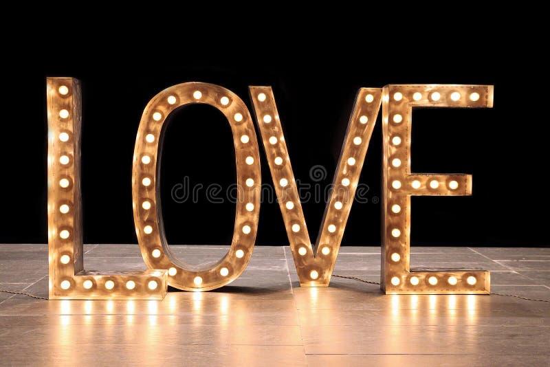 Liebe - Wort, verziert in Form von leuchtenden Buchstaben lizenzfreies stockfoto