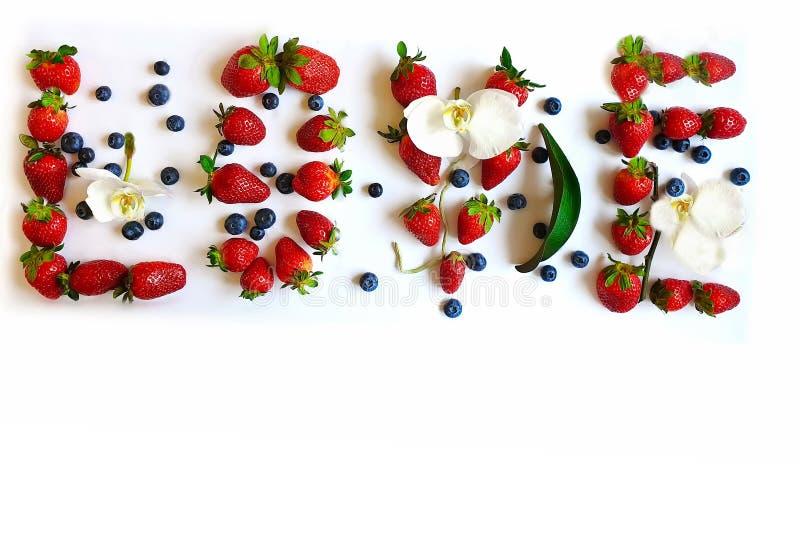 Liebe zitiert rote süße Erdbeerblaubeere mit Orchideenwüste auf weißer Platte lizenzfreie stockfotos