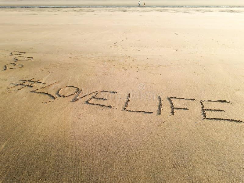 Lieben Sie das Leben, das auf den nassen Sand von Matoshinos-Strand geschrieben wird stockfoto