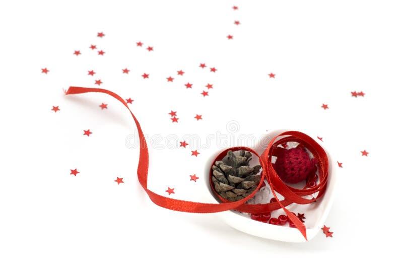 Lieben Sie Formband artPicture mit rotem Band, kleiner Schüssel der Herzform und Dekorationen stockbilder