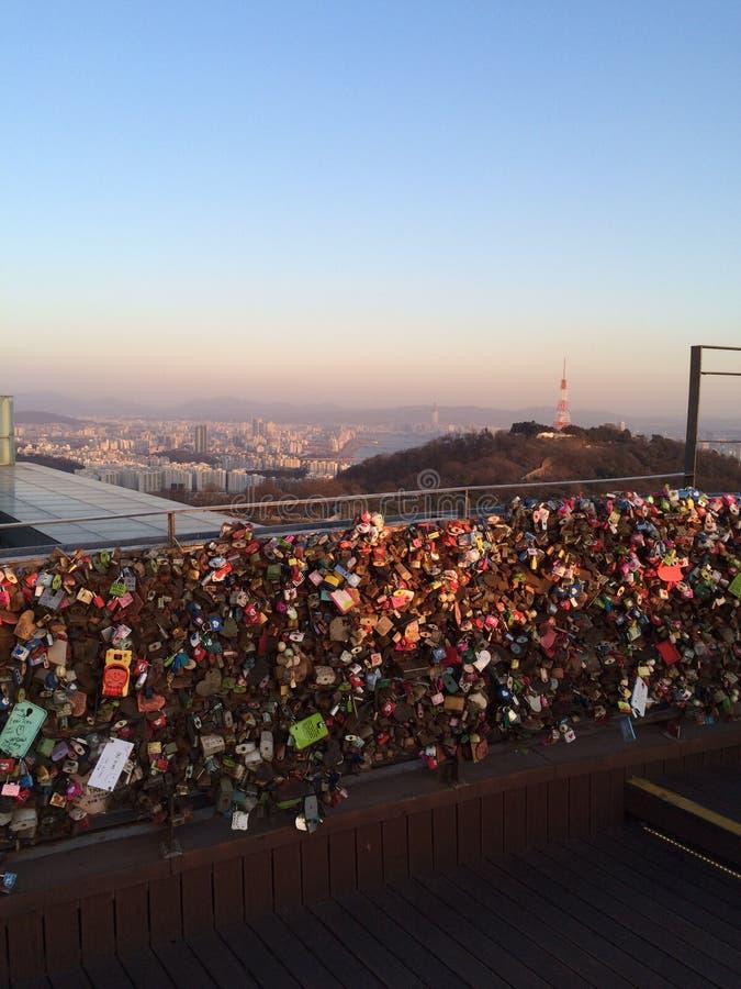 Lieben Sie Ketten am höchsten Gebäude in Südkorea stockbilder