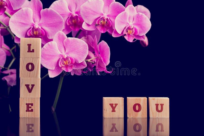Lieben Sie Sie Mitteilung mit rosa Phalaenopsisorchideen lizenzfreies stockfoto