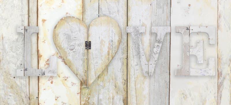 Lieben Sie Text mit Herzform auf hölzernem Plankenschmutz-Beschaffenheit backgro stockfoto