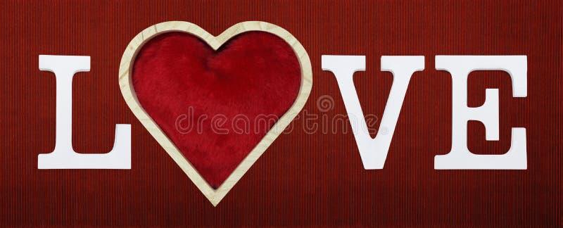 Lieben Sie Text mit Herzform auf rotem Kartonhintergrund vektor abbildung