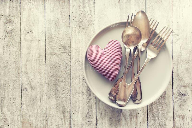 Lieben Sie, Valentinsgruß ` s Tag oder Essenkonzept mit Weinlesetischbesteck, pl stockfotografie