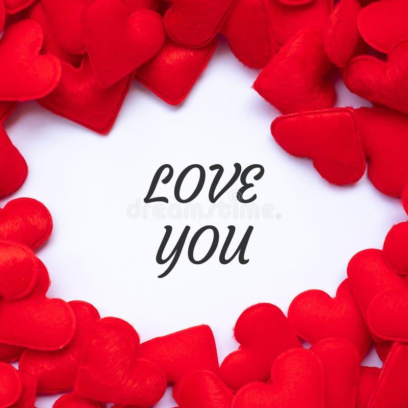 LIEBEN Sie SIE Wort mit rotem Herzform-Dekorationshintergrund Der Hochzeit, romantischen und glücklichen Tagesfeiertag Valentineâ lizenzfreies stockfoto