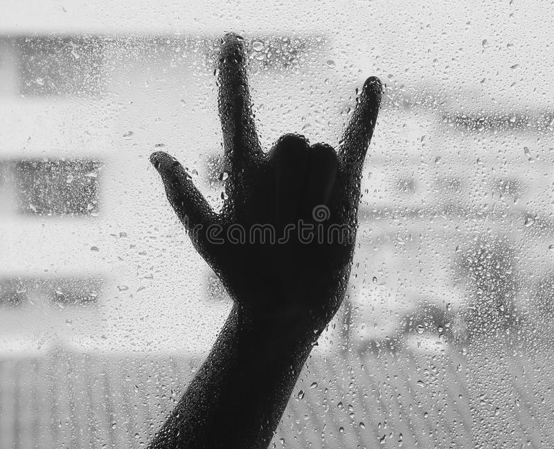 Lieben Sie Zeichen unscharfen Schatten der Hand hinter dem nassen weißen und schwarzen Glashintergrund, B u. W lizenzfreies stockbild