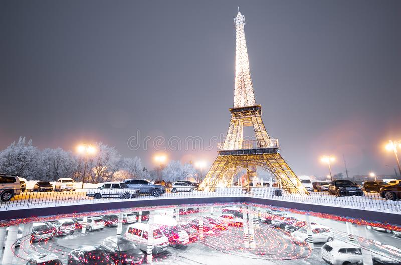 Lieben Sie Zeichen unter dem gefälschten Eiffelturm nachts Herz mit Lichtern Charkiw lizenzfreies stockfoto