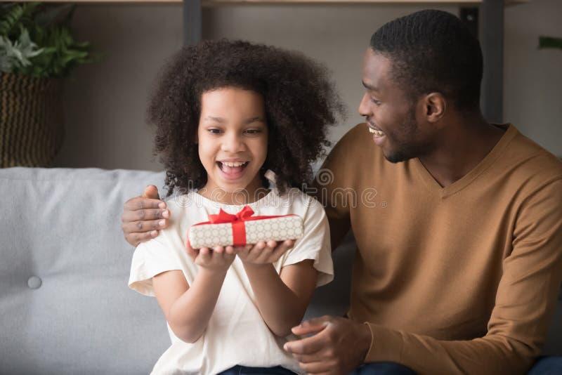 Versaute Schülerin Reitet Papa Auf Couch