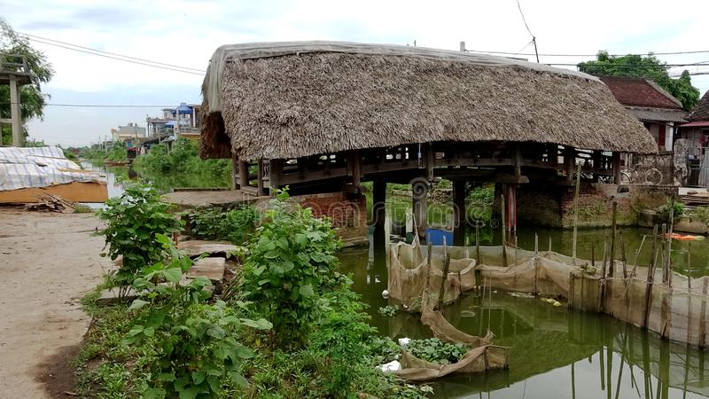 Liebende Holzbrücke stockbild