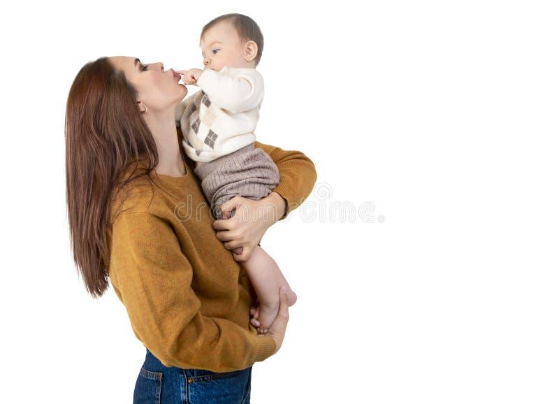 Liebende Mutter und ihr Baby lizenzfreies stockfoto