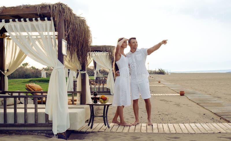 Liebende Paare auf Küste stockfoto