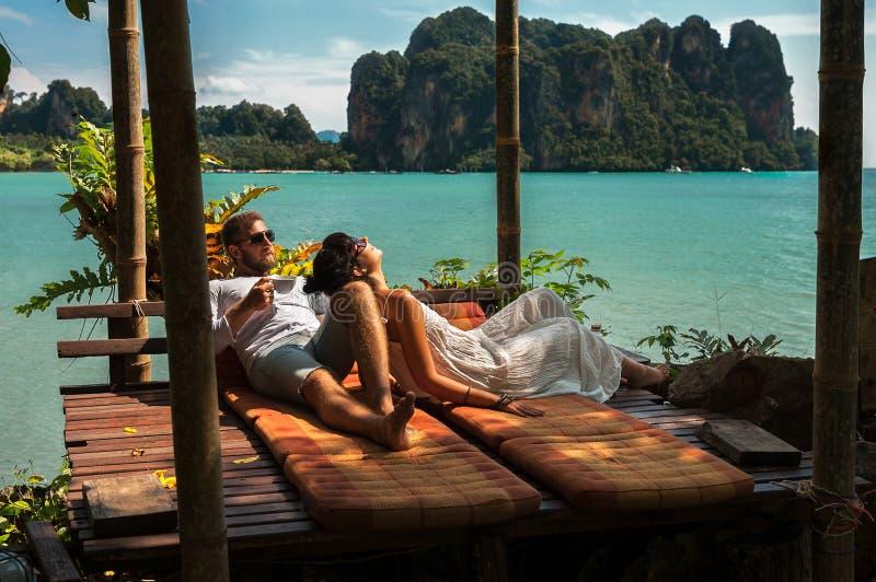 Liebende Paare, die in Asien stillstehen Ein junges Paar reist zu den exotischen L?ndern Mann und Frau am Erholungsort Paare, die stockfotografie
