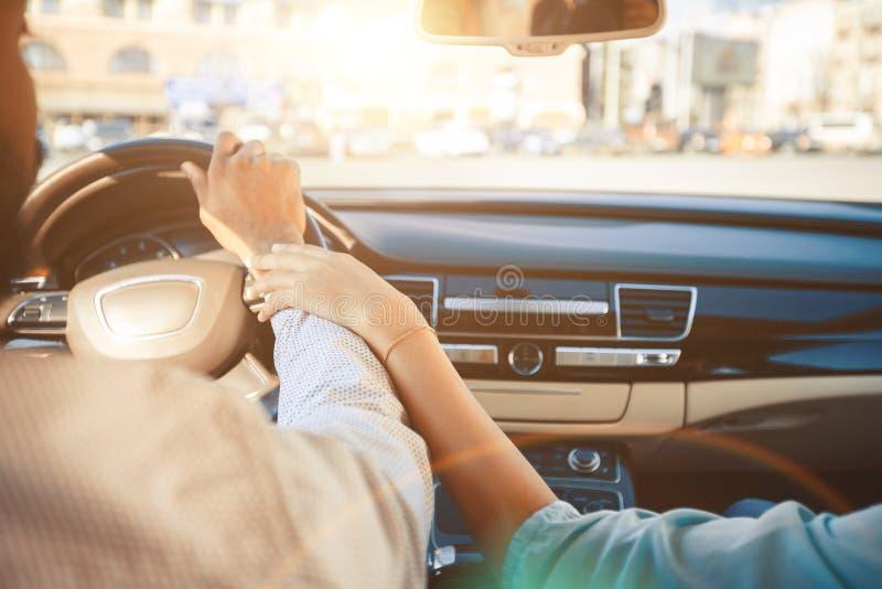 Händchen Halten Beim Autofahren