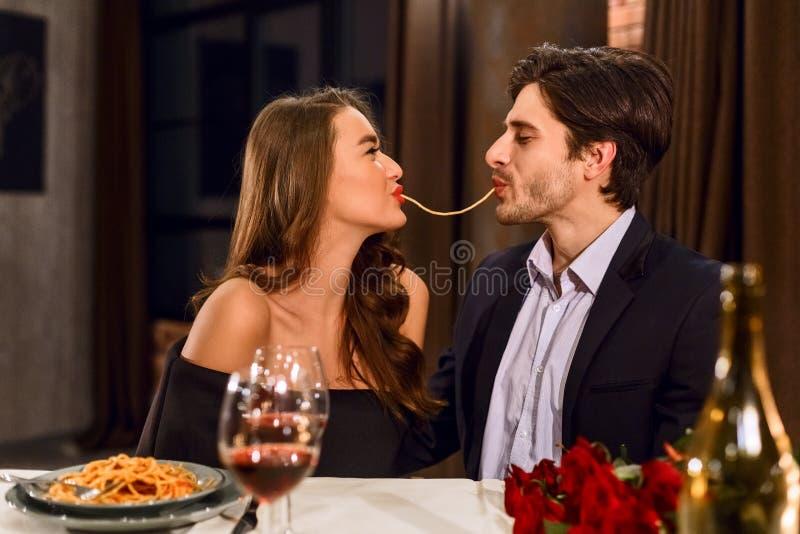 Liebende Paare, die Teigwaren essen lizenzfreie stockfotografie