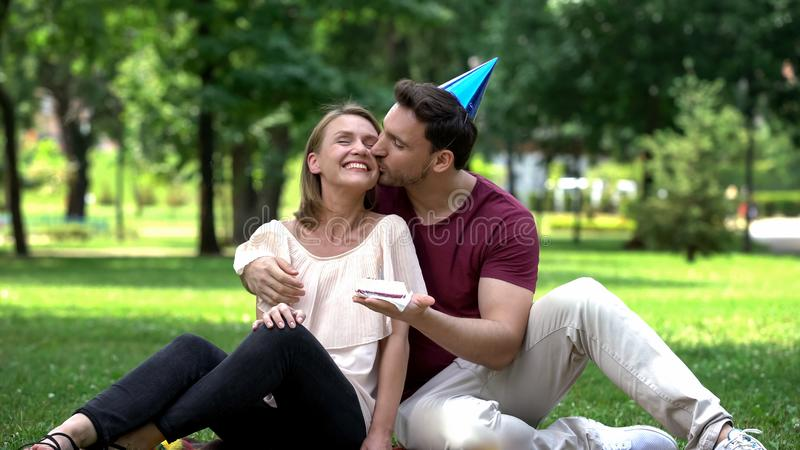 Liebender Freund, der Freundin mit Geburtstag, unerwartete Überraschung beglückwünscht stockbild