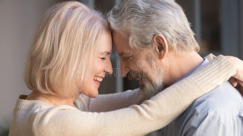 Liebendes altes Familienpaar, das sich mit einem Moment der Zuneigung verbindet stockfotos