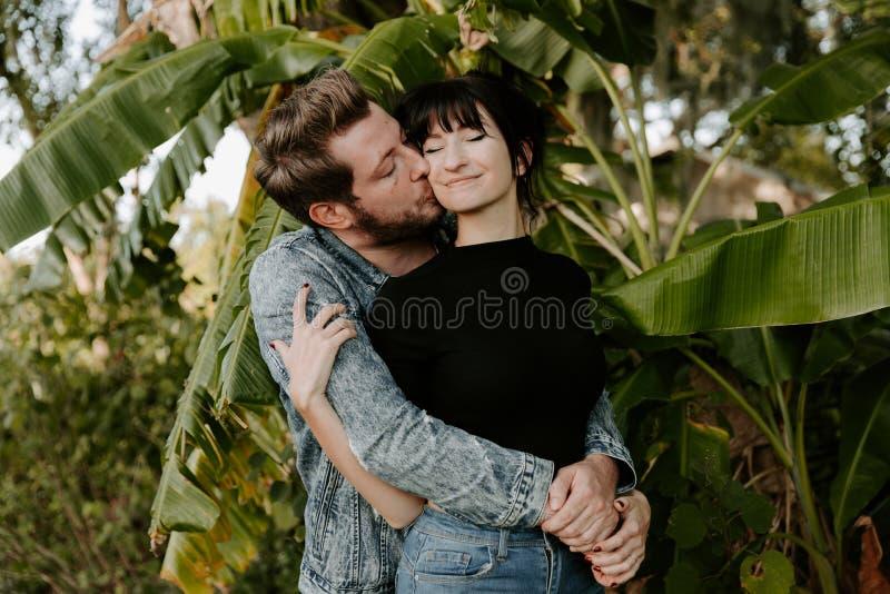 Liebendes entzückendes Porträt von zwei attraktiven schönen jungen erwachsenen modernen modernen Leuten Guy Girl Couple Kissing u lizenzfreie stockfotos