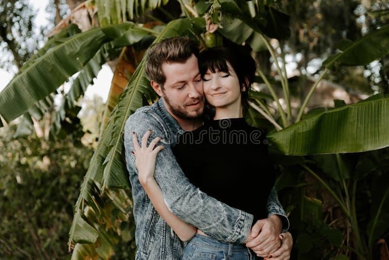 Liebendes entzückendes Porträt von zwei attraktiven schönen jungen erwachsenen modernen modernen Leuten Guy Girl Couple Kissing u lizenzfreie stockbilder