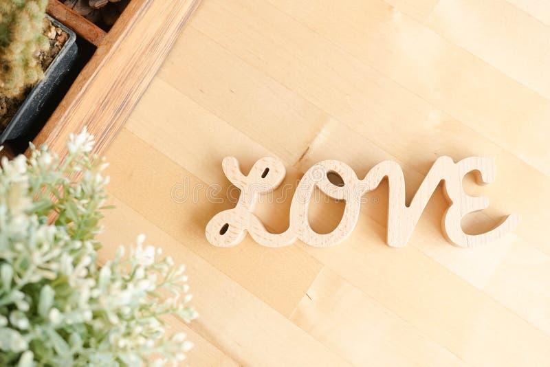 LIEBES-Alphabete von hölzernen Buchstaben auf dem hellen hölzernen Hintergrund, Draufsicht Liebe und Valentinsgruß ` s Tageskonze lizenzfreies stockbild