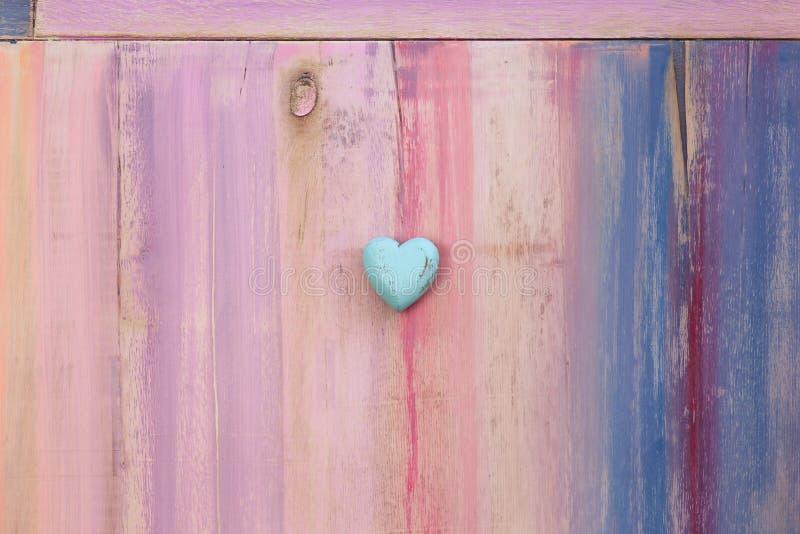 Liebes-Herz auf gemaltem Brett-Hintergrund lizenzfreies stockbild