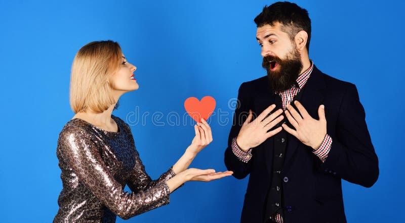Liebes- und Feiertagskonzept Freundin bietet ihre Liebe Freund an stockbilder