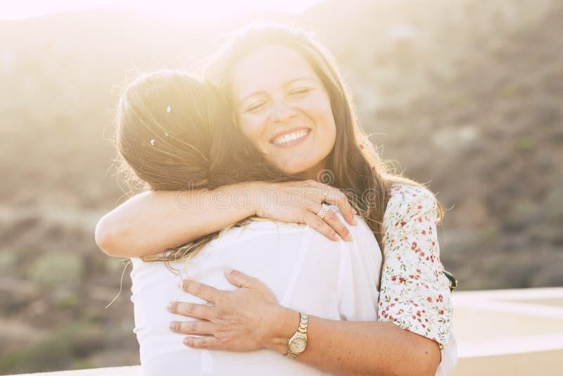 Liebes- und Freundschaftskonzept twith Paare von den jungen Freunden der Frauen, die mit Liebe - Verschiedenartigkeit, umarmen un lizenzfreie stockbilder