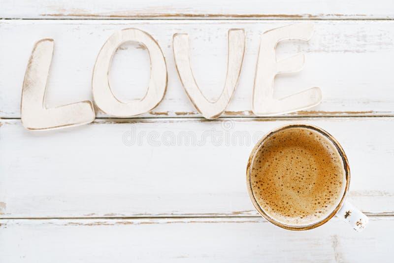 LIEBES-Zeichenbuchstaben mit Espressokaffee lizenzfreie stockfotos